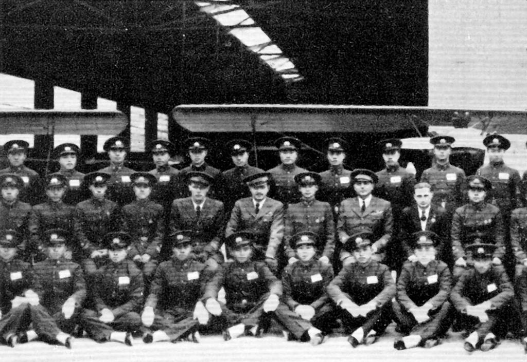 I primi 100 piloti cinesi, con gli istruttori italiani. Torelli è il terzo da destra nella seconda fila
